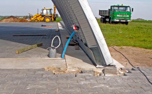 Prefabrykowane samonośne hale łukowe - hala łukowa może być zmontowana na płytach drogowych. Nie wymaga fundamentów.