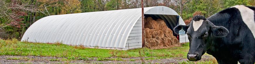 Prefabrykowane, stalowe hale łukowe - hala łukowa zastosowana jako magazyn, wiata na baloty dla rolnictwa.