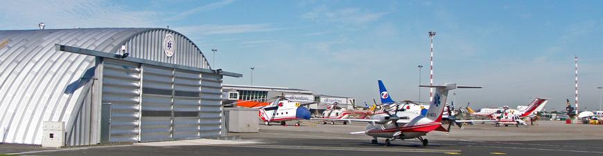 Prefabrykowane, stalowe hale łukowe - hala łukowa zastosowana jako lekki hangar łukowy, Lotnicze Pogotowie Ratunkowe.