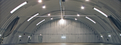 Prefabrykowane hale łukowe - akcesoria każdej samonośnej hali łukowej: doświetla, wentylacja, oświetlenie, ściany i drzwi.