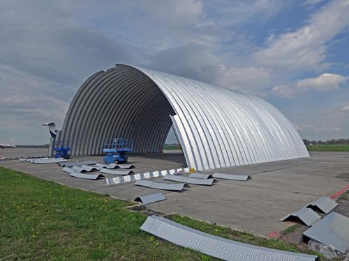 Montaż prefabrykowanych hal łukowych - hale łukowe montuje się bez ciężkiego sprzętu, wznoszenie kolejnych łuków.