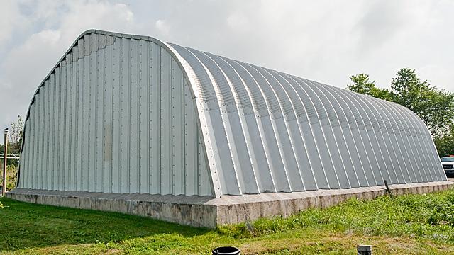 Samonośne hale łukowe - prefabrykowana hala łukowa typu A z przęsłem łukowym zawierającym proste panele.