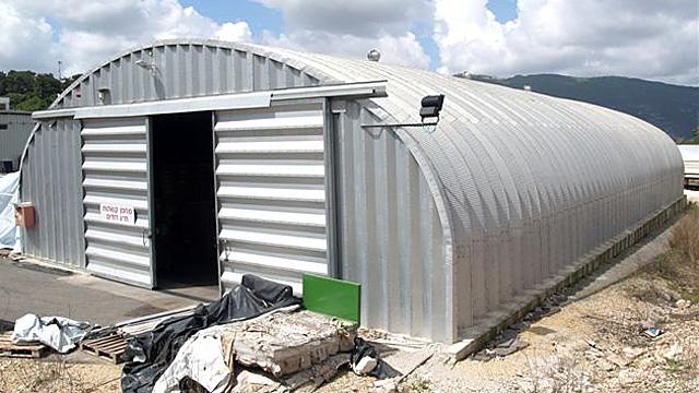 Samonośne hale łukowe - hala łukowa typu C (S) ma przęsło łukowe o prostych ścianach i łukowym dachu.