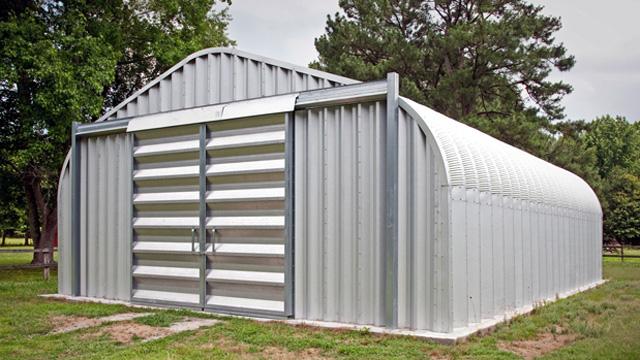 Stalowe hale łukowe - hala łukowa typu D ma przęsło łukowe zbliżone do tradycyjnej hali. Proste ściany i dwuspadowy dach.