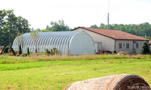 Galeria hal - Prefabrykowane samonośne stalowe hale łukowe z alucynku (aluzinc) - hala łukowa jako łukowy budynek gospodarczy / magazyn dla rolnictwa. Proste nachylone ściany łuków.