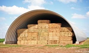 Galeria samonośnych hal łukowych. Prefabrykowane hale łukowe - lekka stalowa hala łukowa jako wiata na baloty, lub garaż na maszyny rolnicze.