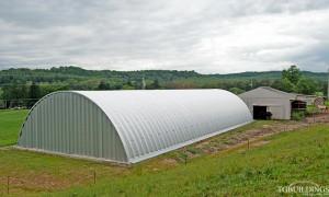 Galeria samonośnych hal łukowych. Prefabrykowane stalowe hale łukowe z alucynku (aluzinc) - stalowa hala łukowa w formie łukowej stodoły, łukowego budynku gospodarczego w rolnictwie.