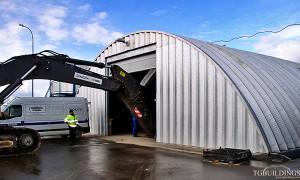 Galeria samonośnych hal łukowych. Prefabrykowane stalowe hale łukowe - hala łukowa jako tymczasowy łukowy warsztat maszyn budowlanych.