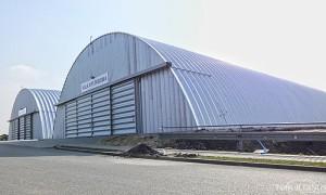 Galeria samonośnych hal łukowych. Prefabrykowane hale łukowe - stalowa hala łukowa zastosowana jako hala wystawowa.