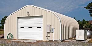 Prefabrykowane, stalowe hale łukowe - hala łukowa typu D (P) zastosowana jako magazyn / budynek gospodarczy przy domu.