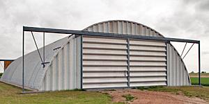 Prefabrykowane hale łukowe dla rolnictwa - hala łukowa zastosowana jako łukowy magazyn, garaż na maszyny rolnicze.