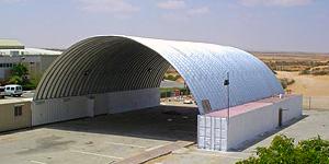 Prefabrykowane hale łukowe - samonośna hala łukowa zastosowana jako lekki łukowy dach nad kontenerami.