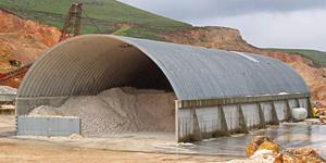 Prefabrykowane stalowe hale łukowe - hala łukowa zastosowana jako lekki samonośny dach na ścianach betonowych.