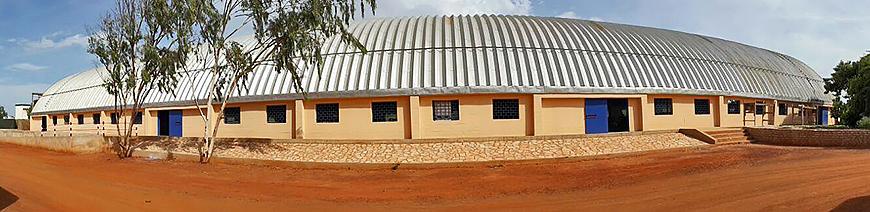 Prefabrykowane, stalowe hale łukowe - hala łukowa zastosowana jako samonośny stalowy dach łukowy budynku.