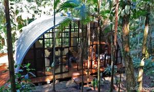 Galeria samonośnych hal łukowych. Prefabrykowane stalowe hale łukowe z alucynku (aluzinc) - hala łukowa jako dom letniskowy w Brazylii (Costa Verde) arch. Marko Brajovic.