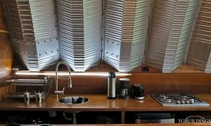 Galeria samonośnych hal łukowych. Prefabrykowane stalowe hale łukowe z alucynku (aluzinc) - hala łukowa jako dom letniskowy w Brazylii (Costa Verde) arch. Marko Brajovic - wnętrze kuchnia.