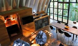 Galeria samonośnych hal łukowych. Prefabrykowane stalowe hale łukowe z alucynku (aluzinc) - hala łukowa jako dom letniskowy w Brazylii (Costa Verde) arch. Marko Brajovic - wnętrze salon.
