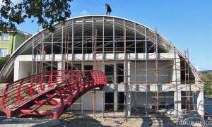 Samonośne hale łukowe - hala łukowa jako prefabrykowany dach łukowy na ścianie frontowej budynku użyteczności publicznej.