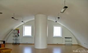 Galeria samonośnych hal łukowych. Prefabrykowane stalowe hale łukowe z alucynku (aluzinc) - hala łukowa urządzona jako biuro z ociepleniem PUR i wykończeniem płytami GK.