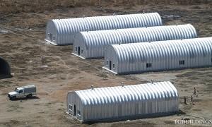 Galeria hal łukowych - Prefabrykowane, stalowe hale łukowe - hala łukowa jako budynek tymczasowy (dom mieszkalny) dla poszkodowanych klęskami żywiołowymi lub uchodźców. Proste ściany i łukowy dach.