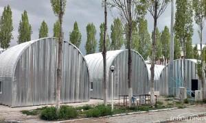 Galeria hal łukowych - Prefabrykowane, stalowe hale łukowe - hala łukowa jako budynek tymczasowy (dom mieszkalny) dla poszkodowanych klęskami żywiołowymi. Proste ściany i łukowy dach.
