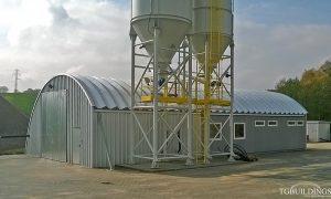 Samonośne hale łukowe - hala łukowa jako prefabrykowany dach łukowy oparty na kontenerze, konstrukcji i gruncie. Każdy łuk jest samonośny.