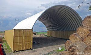 Samonośne hale łukowe - hala łukowa jako prefabrykowany dach łukowy oparty na kontenerach. Każdy łuk jest samonośny.
