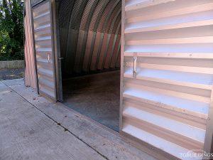 Galeria hal lukowych. Prefabrykowana, stalowa hala łukowa - dwuskrzydłowa systemowa brama rozsuwana jest akcesorium hal łukowych.