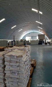 Samonośne hale łukowe - hala łukowa jako lekki łukowy dach magazynu, posadowiony na konstrukcji stalowej.