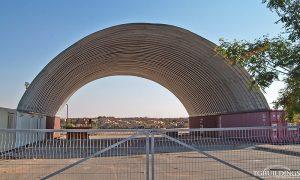 Galeria hal łukowych. Prefabrykowane, stalowe hale łukowe wykorzystane jako samonośne wiaty / dachy oparte na kontenerach.