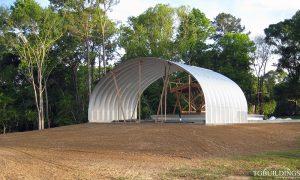 Galeria hal łukowych - Prefabrykowane, stalowe hale łukowe - montaż niewielkiej, gospodarczej hali łukowej. Proste ściany i łukowy dach.