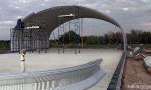 Galeria hal łukowych. Prefabrykowane, stalowe hale łukowe - montaż przemysłowej hali łukowej. Proste ściany i łukowy dach.