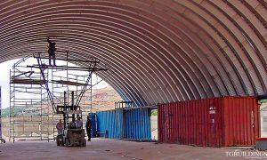 galeria hal łukowych. Prefabrykowane, stalowe hale łukowe - montaż samonośnej wiaty / dachu opartego na kontenerach.