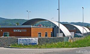 Galeria hal łukowych. Prefabrykowane, stalowe hale łukowe wykorzystane jako lekkie dachy oparte na konstrukcji stalowej HEB.
