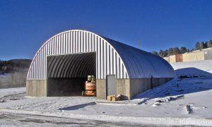 Samonośne hale łukowe - prefabrykowana stalowa hala łukowa jako lekki łukowy dach na ścianach żelbetowych.