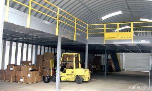 Galeria hal łukowych - Prefabrykowane, stalowe hale łukowe - przemysłowa hala łukowa z antresolą. Proste ściany i łukowy dach.