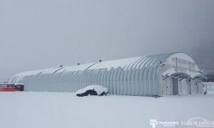 Galeria hal łukowych - Stalowe hale łukowe - przemysłowa hala łukowa w zimie. Proste ściany i łukowy dach, którego nie trzeba odśnieżać.