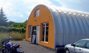 Galeria hal łukowych. Prefabrykowane, stalowe hale łukowe typu C - hala łukowa jako mały garaż-warsztat motocyklowy. Proste ściany i łukowy dach.