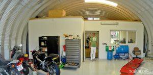 Galeria hal łukowych. Prefabrykowane, stalowe hale łukowe typu C - hala łukowa jako warsztat motocyklowy. Proste ściany i łukowy dach.