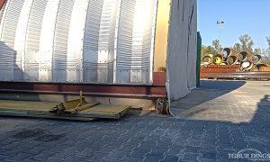 Galeria hal łukowych. Prefabrykowane, stalowa hala łukowa wykorzystana jako mobilna, samonośna wiata na konstrukcji stalowej i kołach. Szczegół posadowienia na HEB.