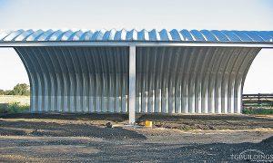 Prefabrykowane hale łukowe - lekka hala łukowa typu C jako samonośny łukowy dach wiaty rolniczej na konstrukcji HEB.