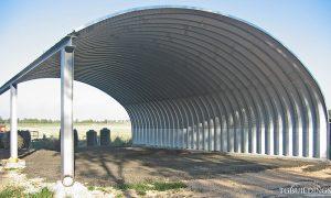 Prefabrykowane hale łukowe - hala łukowa jako samonośny łukowy dach wiaty rolniczej na konstrukcji HEB.