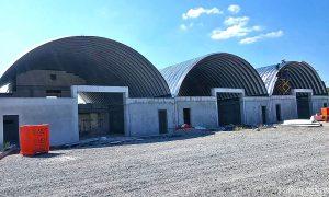 Galeria hal łukowych. Prefabrykowane, stalowe hale łukowe wykorzystane jako prefabrykowane samonośne dachy budynków przemysłowych oparte na ścianach żelbetowych.
