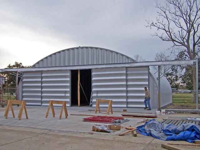 Prefabrykowane hale łukowe - akcesoria każdej hali łukowej: systemowa rozsuwana brama czteroskrzydłowa w ścianie szczytowej hal łukowych.
