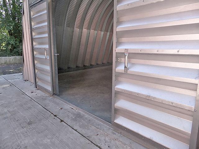 Prefabrykowane hale łukowe - akcesoria każdej hali łukowej: systemowa rozsuwana brama dwuskrzydłowa w ścianie szczytowej hal łukowych.