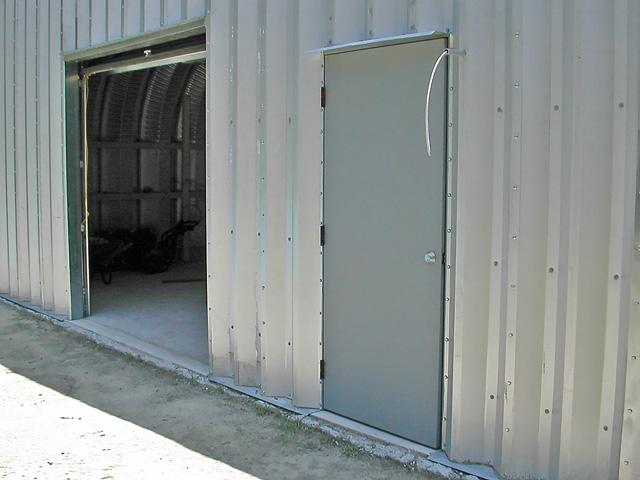 Prefabrykowane hale łukowe - akcesoria każdej hali łukowej: ościeże bramy podnoszonej i drzwi w ścianie szczytowej hal łukowych.