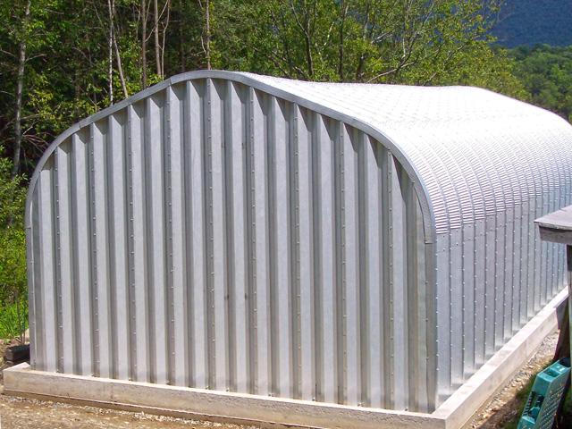 Prefabrykowane hale łukowe - akcesoria każdej hali łukowej: systemowa ściana szczytowa z blachy Galvalume S350GD dedykowana halom łukowym.