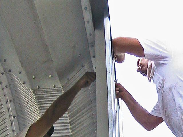Prefabrykowane hale łukowe - akcesoria każdej hali łukowej: systemowa ściana szczytowa w trakcie montażu