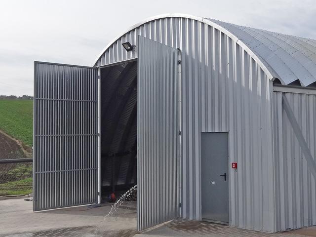 Prefabrykowane hale łukowe - akcesoria samonośnej hali łukowej. Każda hala łukowa może mieć wykonaną na miejscu ścianę szczytową z blachy elewacyjnej trapezowej T-45.
