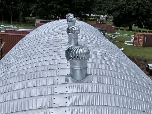 Prefabrykowane hale łukowe - akcesoria każdej hali łukowej: wentylatory turbinowe grawitacyjne montowane do łuków.